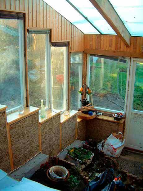 Växthuset byggdes vid vårt gamla hus för att testa lerhalmstekniken.